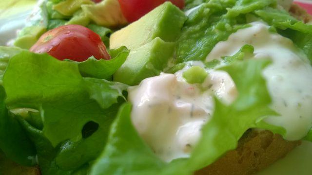 Katkarapusalaattia ja vihanneksia leivällä
