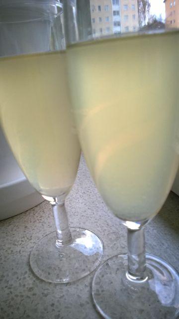Sitruuna-inkivääri- juomaa